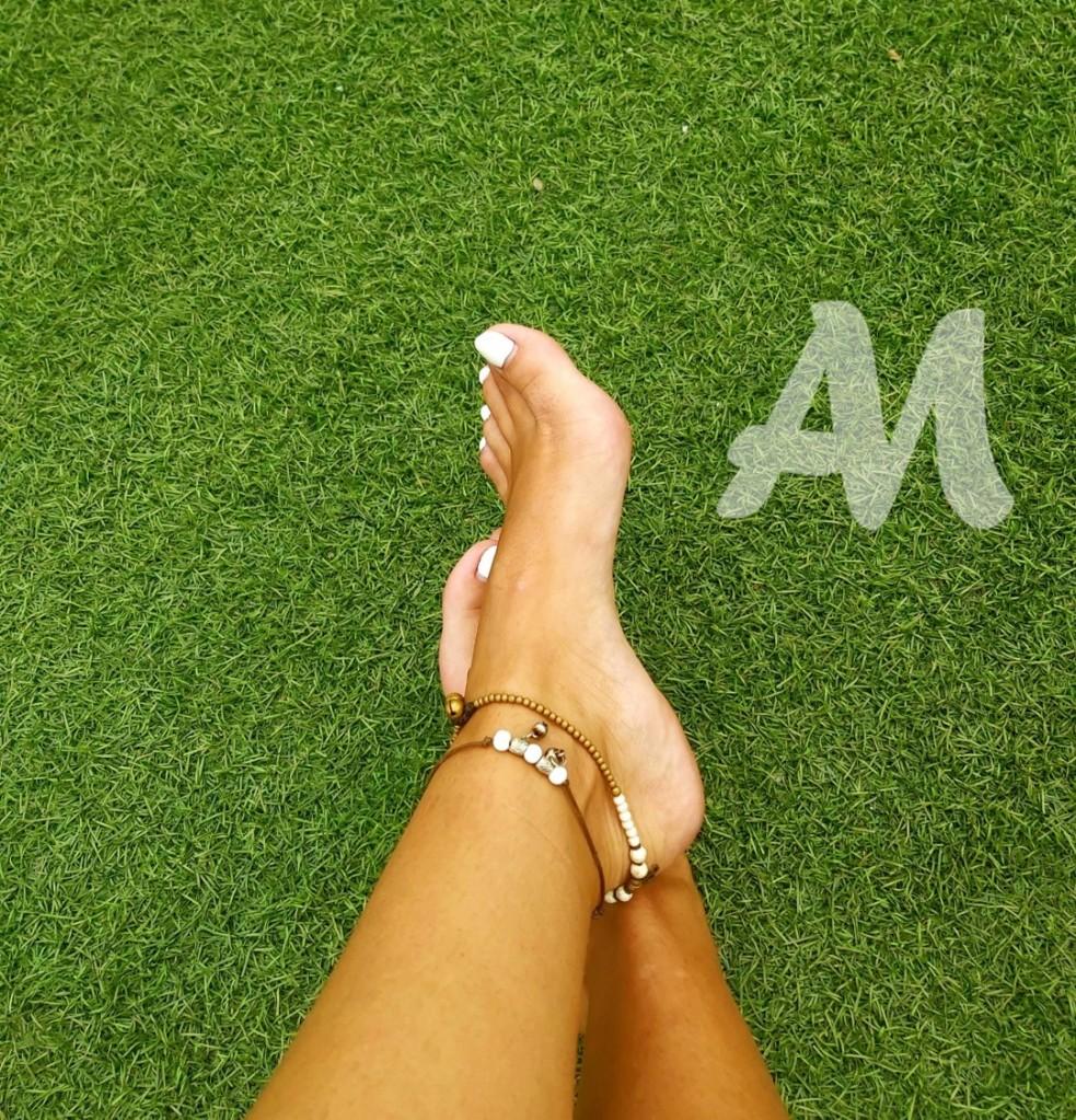 bijoux cheville blanc et pieds vernis