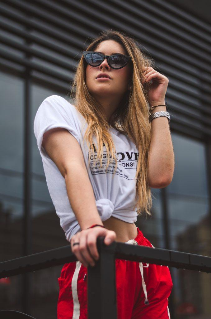 femme blonde streetwear lunette